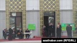 Howanyň çakdanaşa sowukdygyna garamazdan, saýlaw uçastoklarynda açyk howada konsertler hem gurnaldy. Aşgabat, 12-nji fewral, 2012.