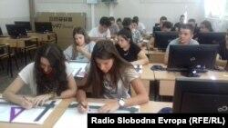 Кабинетите во стручните училишта во Битола добија смарт табли.