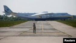 Найбільший у світі транспортний літак АН-225 «Мрія», який виготовило держпідприємство «Антонов»