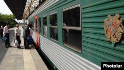 Գնացք Երևանի երկաթուղային կայարանում, արխիվ