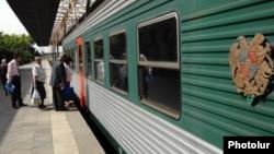Армения - Поезд на одной из станций (архив)