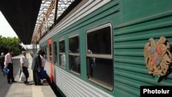 Երեւան - Բաթումի գնացքը Երեւանի երկաթուղային կայանում: