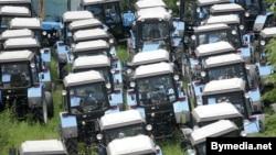 Тэрыторыя Менскага трактарнага заводу застаўленая гатовымі трактарамі.
