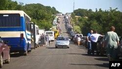 Очереди на пограничном переходе в Артемьевске, Донецкая область, июнь 2015 года