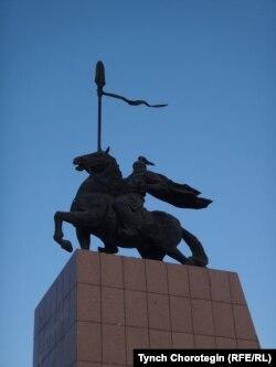 Улуу-Чат шаарындагы Манастын айкели. Кызыл-Суу, Кытай. 08.7.2014.