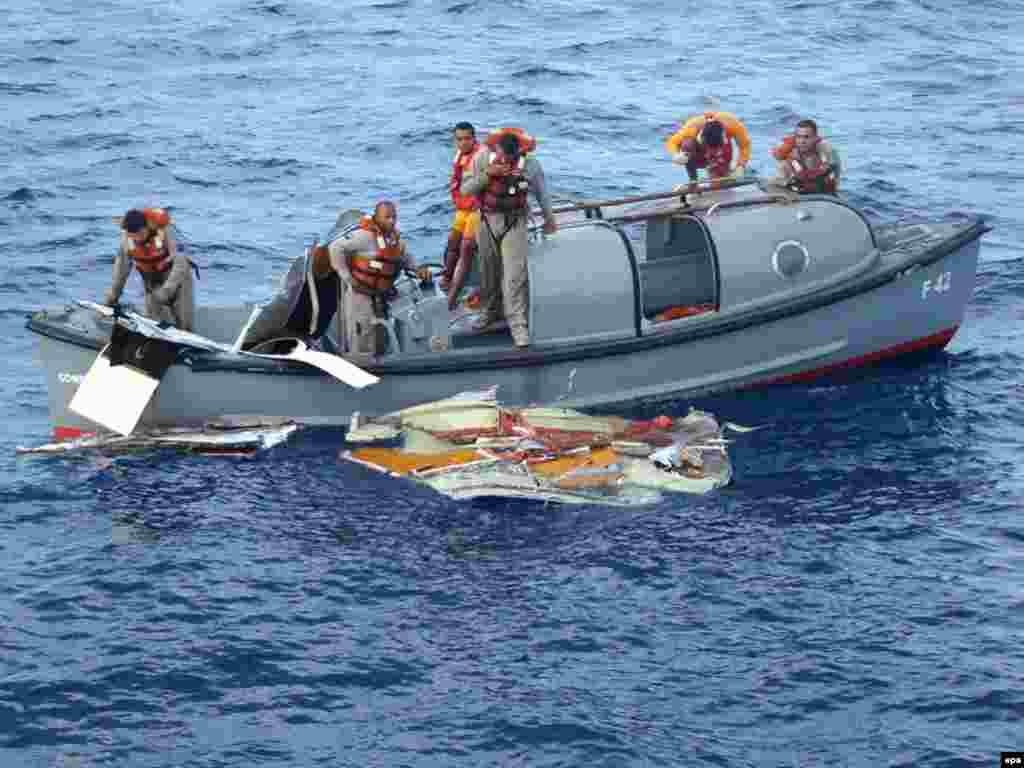 В районе катастрофы аэробуса А-330, погибшего над Атлантическим океаном, найдено 17 тел пассажиров (AFP)