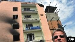Кушнер осматривает пострадавший от российских обстрелов Гори