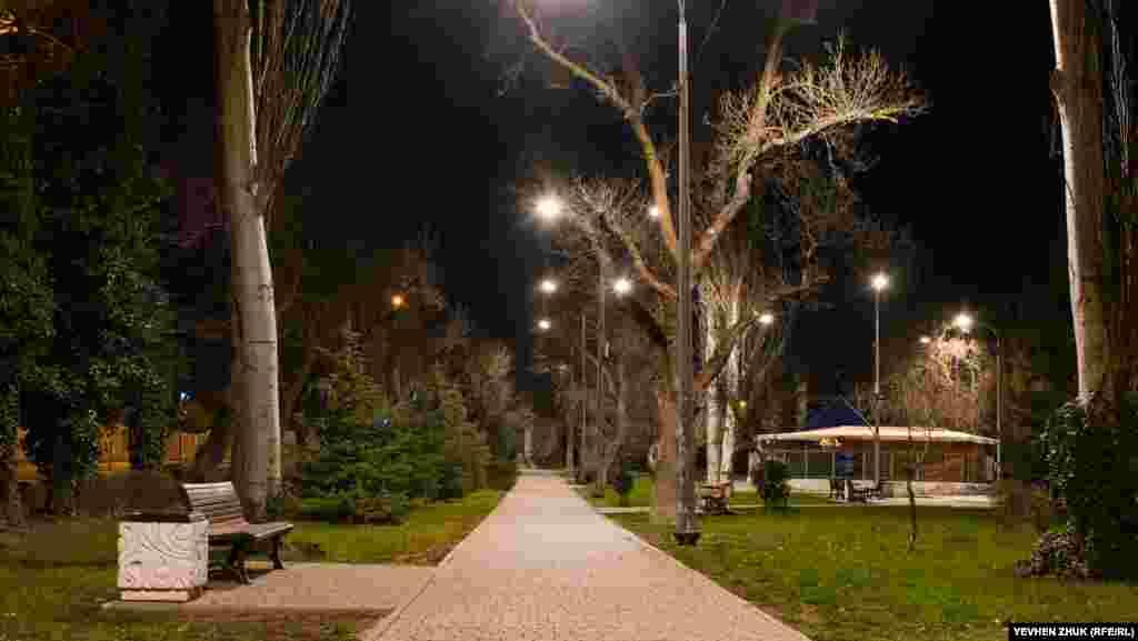 Безлюдный сквер на пересечении улиц Новикова и Крестовского