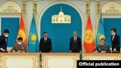 Кыргызстандын президенти Садыр Жапаров менен Казакстан мамлекет башчысы Касым-Жомарт Токаев. Нур-Султан шаары. 2-март, 2021-жыл.