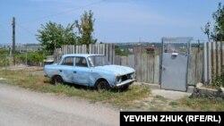 Старый «Москвич» у старого забора
