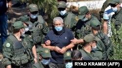 احمد اویحیی، نخستوزیر اسبق الجزایر پس از شرکت در مراسم تشییع برادرش در روز دوشنبه، برای گذراندن ادامه دوره حبس ۱۵ سالهاش به زندان منتقل میشود