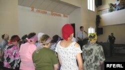 Прихожане в евангелистской церкви. Алматы, 29 июля 2007 года.