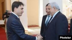 Вице-премьер Армении Армен Геворкян (слева) приветствует вице-президента Ирана Мохаммада Джавада Мохаммадизаде.