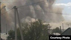Пыль, поднявшаяся после взрыва на золотодобывающем карьере в поселке «Мурунтау», расположенного в городе Зарафшан Навоийской области.