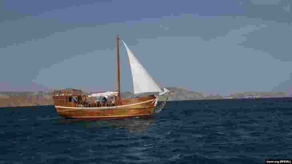 До Золотих Воріт заповнені туристами човни підходять кожні 5 хвилин