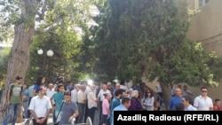 Азербайжан -- Исмаилованын сотуна келгендер. Баку, 31-август, 2015.