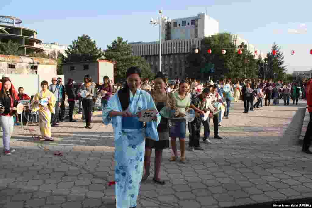 Совместный кыргызско-японский танец.