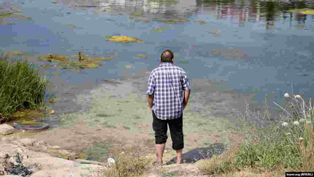 Чоловік на березі Стрілецької бухти
