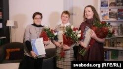 Ляўрэаткі прэміяў Раіса Міхайлоўская, Галіна Абакунчык і Юлія Дарашкевіч (зьлева направа). Менск, 8 сьнежня 2017 году