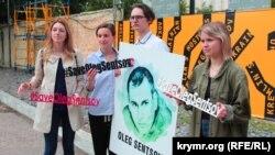 Активісти роздають інформаційні матеріали про в'язнів Кремля