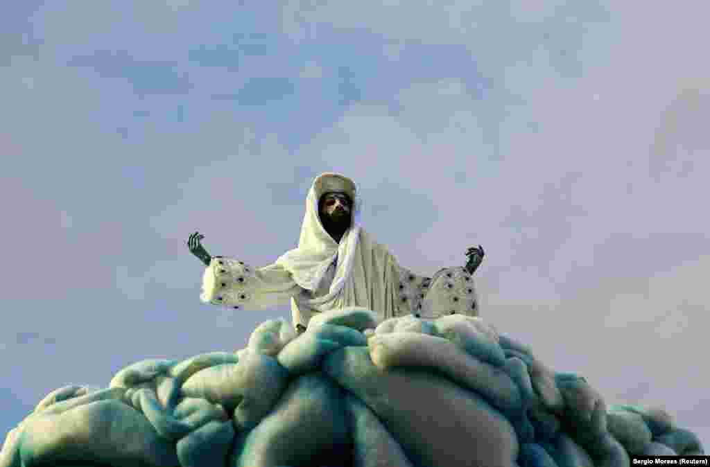 کارناوال «ریو» (در تصویر) در کتاب گینس عنوان بزرگترین کارناوال جهان را به خود گرفتهاست.