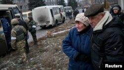 Жителі Дебальцева спостерігають, як їхні родичі сідають в автобуси, які вивезуть їх з міста, 6 лютого 2015 року