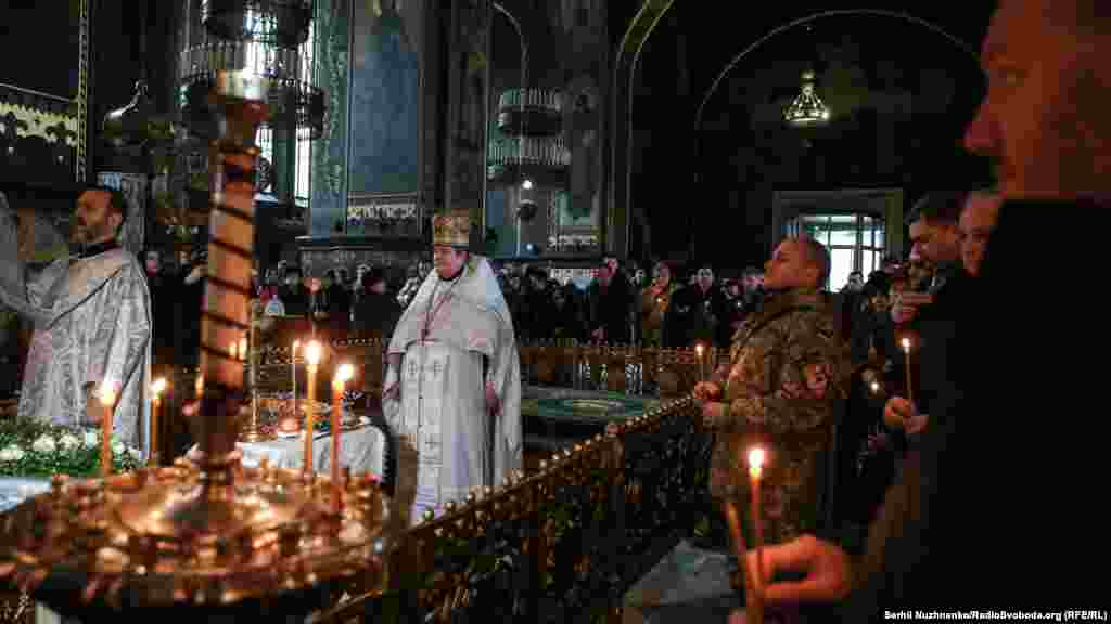 Священик у Володимирському соборі проводить поминальну службу за загиблими оборонцями Донецького аеропорту та усіма українськими військовими, які загинули з початку військового конфлікту на сході України