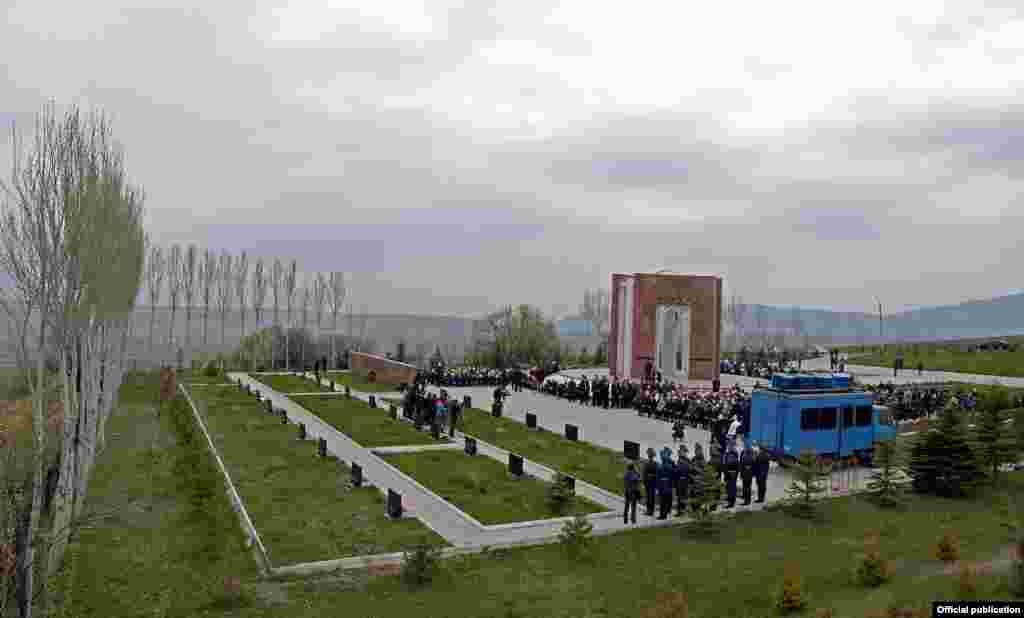 Алмазбек Атамбаев на мероприятие не пришел. В секретариате правящей СДПК,возглавляемой Атамбаевым, сообщили, что Алмазбек Атамбаев приболел.
