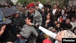 Сотрудники полиции задерживают участников шествия, Ереван, 9 апреля 2013 г.