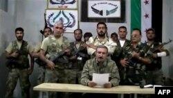 Риад аль-Асаад - в центре за столом
