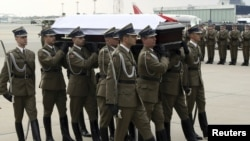 Soldiers carry President Lech Kaczynski's coffin on April 11, 2010 at the airport in Warsaw