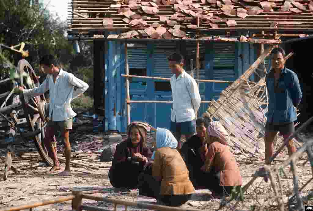 Під час війни у В'єтнамі радянський уряд поставляв зброю і гуманітарну допомогу союзникам Північного В'єтнаму через територію Китаю. Це відбувалося навіть після охолодження китайсько-радянських відносин. Через деякий час стало відомо, що під час транзиту китайські військові залишали частину техніки собі, використовуючи її як зразок для подальшого масового виробництва На фото – жителі в'єтнамського села після бомбардування. Січень 1973 року