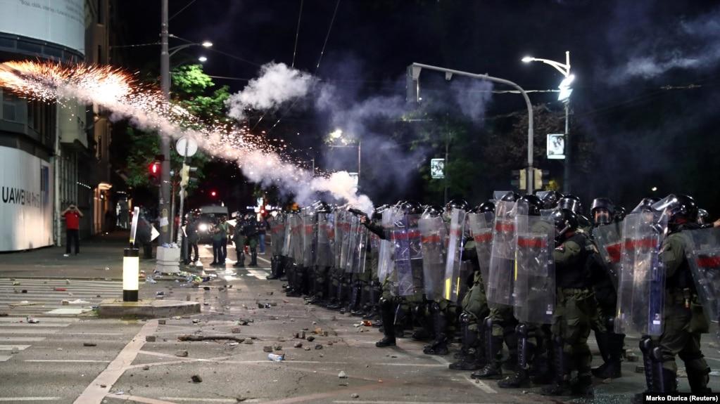 MEDIJI TVRDE: Na demonstrante u Beogradu žandarmerija bacala suzavce iz 1990. godine, građani uznemireni zbog mogućih posljedica!