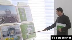 Президент Международной ассоциации туркменских алабаев Сердар Бердымухаммедов знакомит президента Туркменистана Гурбангулы Бердымухаммедова с проектами новых объектов.