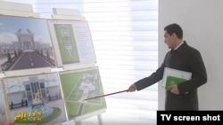 Halkara türkmen alabaý itleri assosiasiýasynyň başlygy Serdar Berdimuhamedow prezident Gurbanguly Berdimuhamedowy taslamalar bilen tanyşdyrýar.