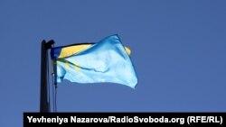 Активісти підняли кримськотатарський прапор на флагшток, встановлений на центральній площі міста