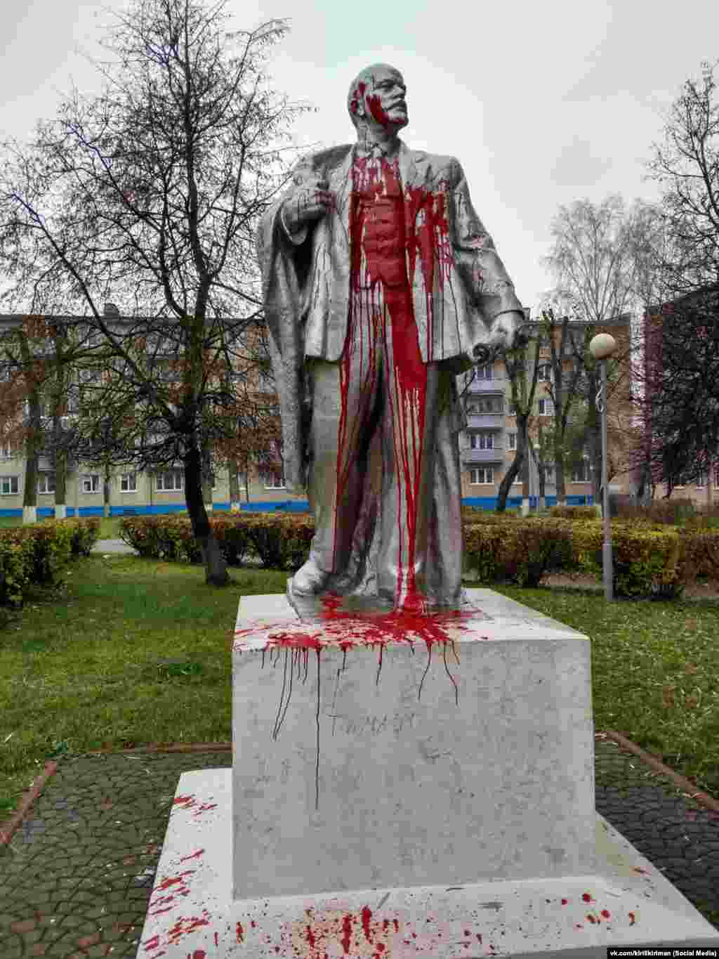 In the city of Lida, around 175 kilometers from Minsk, activists vandalized the town's Lenin statue with red paint.