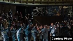 Scenă din opera Boris Godunov în montarea regizorului Graham Vick.