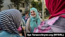 Кримськотатарська активістка Муміне Салієва біля суду в Сімферополі, 30 травня 2019 року