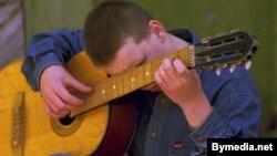 Ілюстрацыйнае фота: адзін з выхаванцаў Магілёўскай спецыяльнай школы для цяжкіх падлеткаў гуляе на гітары. 29 траўня 1998 году