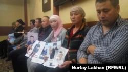 Родственники этнических китайских казахов, насильно перемещенных в политические лагеря в КНР. Архивное фото. 26 сентября 2000 года.