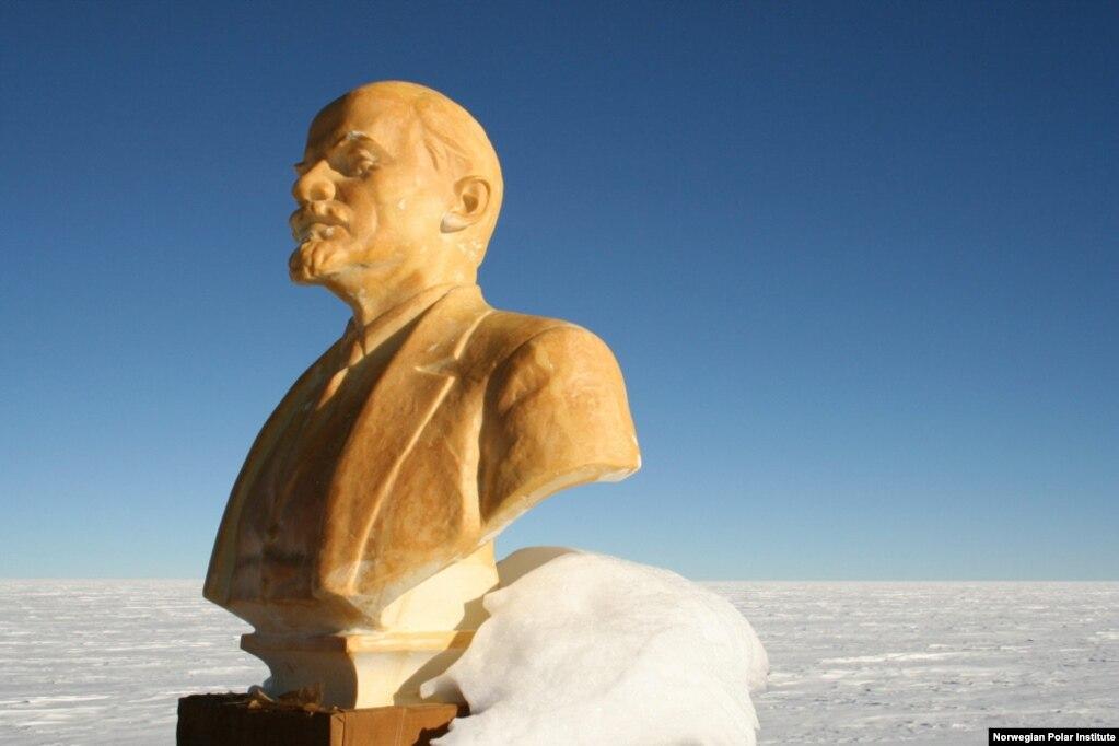 Хто наступний прибуде сюди? Чи вітатиме їх Ленін? А може доведеться відкопувати його з-під снігу?