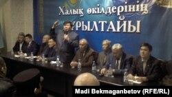 """Поэт Мухтар Шаханов выступает на """"Курултае представителей народа"""". Алматы, 23 ноября 2013 года."""