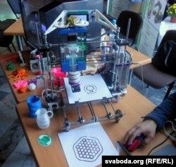 Беларускі 3D-прынтар, распрацаваны ў БНТУ, друкуе шакалядам! Сапраўдная знаходка для кулінараў. Пры дапамозе такога прынтара можна, напрыклад, друкаваць складаныя ўзоры-ўпрыгажэньні для тортаў