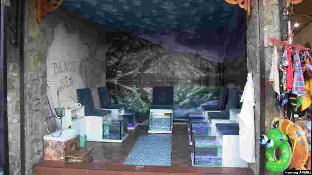 Повернулися зниклі на кілька років акваріуми з рибками для масажу ніг