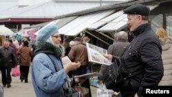 Орыстілді тұрғындар көп тұратын Даугавпилс қаласында газет сатып жүрген адам. Латвия, 22 наурыз 2014 жыл.