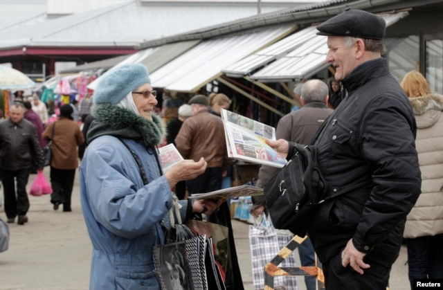 Женщина продает русскоязычную прессу на рынке Даугавпилса – латвийского города, 53% населения которого составляют русские