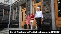 Родичі політичних в'язнів у Росії після зустрічі із Петром Порошенком під Адміністрацією президента, Київ, 8 червня 2018 року