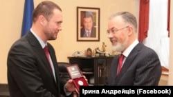 Сергій Шкарлет отримує нагороду від тодішнього міністра освіти Дмитра Табачника