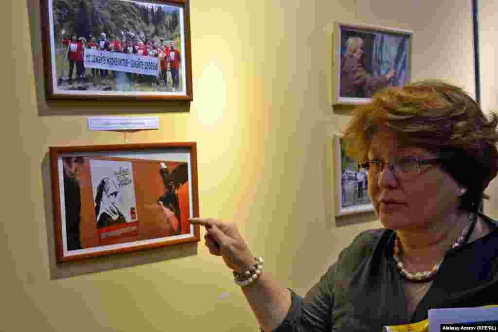На одной из фотографий прессозащитной организации «Адил соз» (слева вверху) запечатлена акция по посадке деревьев в урочище Медеу под лозунгом «Не сажайте журналистов – сажайте деревья». Акция проходила в начале мая 2016 года в поддержку Сейтказы и Асета Матаевых, которых власти обвиняют в причастности к хищениям. Участники акции надели красные футболки с портретом Сейтказы Матаева.